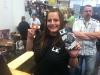 Isabel präsentiert stolz unseren Flyer!