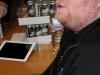 Gleich 2 tolle Möglichkeiten, sich die Zeit zu vertreiben: iPad und Energy Drinks!