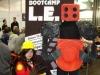 Cooro (links) cosplayt einen Engineer und Flo (rechts) als Sentry Gun aus Team Fortress 2
