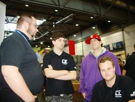 Christian erklärt den Jungs, wie das mit den Demos funktioniert...