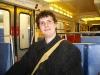 Chris im Zug auf dem Weg in die Stadt